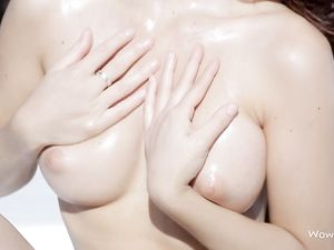 Great Body Babe Oils Up Outdoors To Arouse You